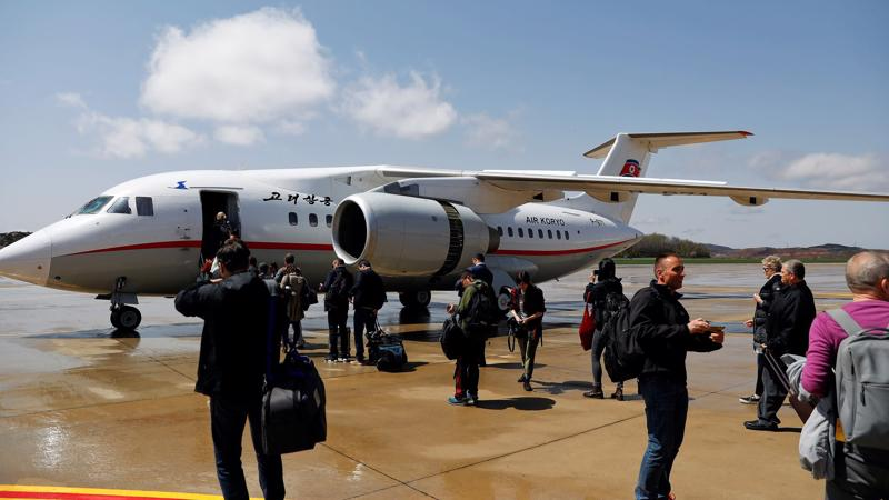 Hành khách chuẩn bị lên một chuyến bay của hãng hàng không Triều Tiên Air Koryo vào tháng 4/2017 - Ảnh: Reuters/Nikkei.