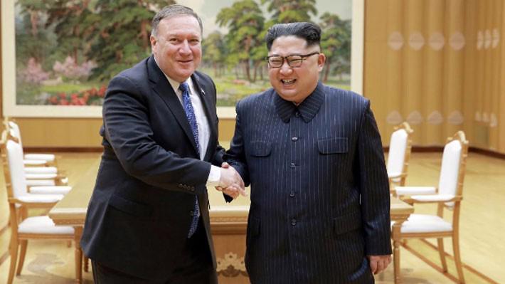 Ngoại trưởng Mỹ Mike Pompeo (trái) và nhà lãnh đạo Triều Tiên Kim Jong Un trong cuộc gặp tại Bình Nhưỡng ngày 9/5 - Ảnh: KCNA/Reuters.