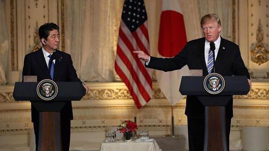 Thủ tướng Nhật Bản Shinzo Abe (trái) và Tổng thống Mỹ Donald Trump - Ảnh: Getty/CNBC.