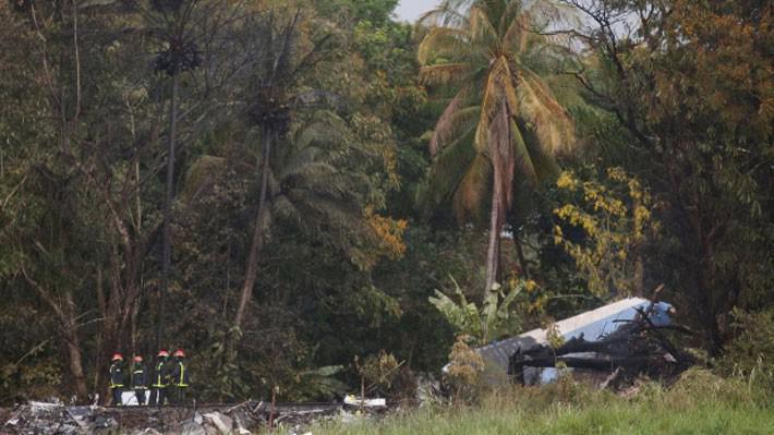 Các nhân viên cứu hộ bên mảnh vỡ của chiếc máy bay rơi ở CUba ngày 18/5 - Ảnh: Reuters.