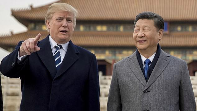 Tổng thống Mỹ Donald Trump (trái) và Chủ tịch Trung Quốc Tập Cận Bình thăm Tử Cấm Thành ở Bắc Kinh, tháng 11/2017 - Ảnh: AP.