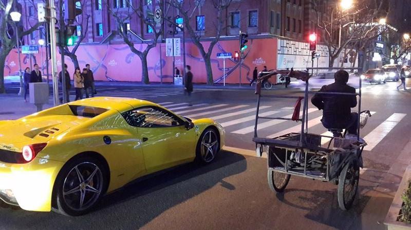 Siêu xe và xe ba gác trên đường phố ở Thượng Hải, Trung Quốc.