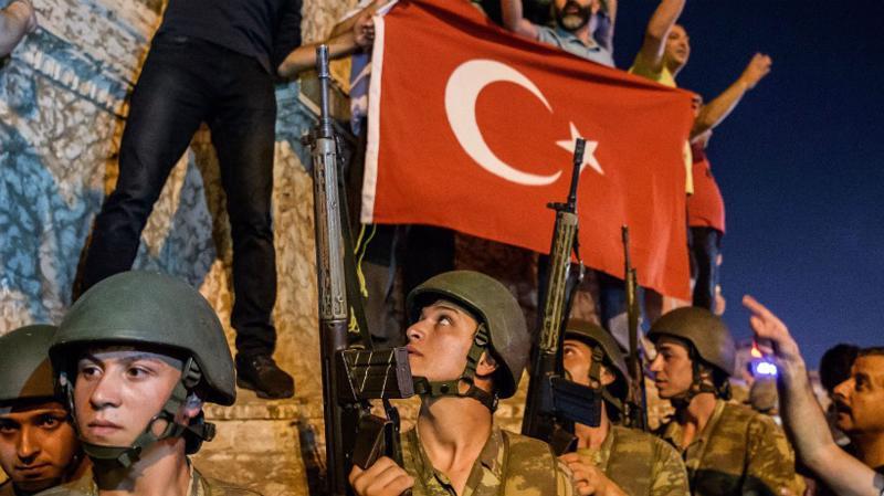 Trong vụ đảo chính bất thành cách đây gần 2 năm, các binh sỹ nổi dậy đã tìm cách lật đổ Chính phủ trong đêm - Ảnh: Foreign Policy.