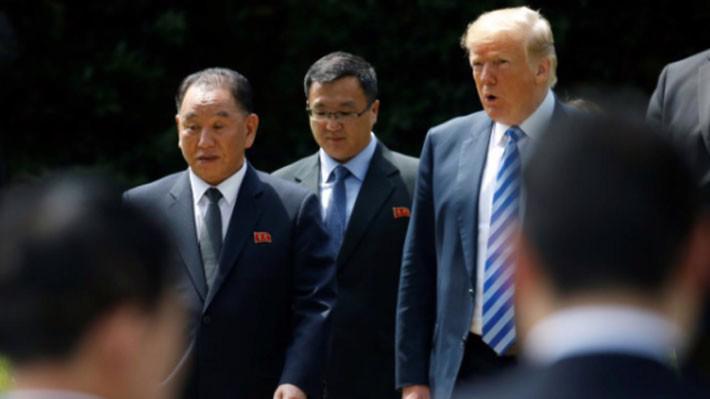 Tướng Triều Tiên Kim Yong Chol (trái) và Tổng thống Mỹ Donald Trump trong cuộc gặp tại Nhà Trắng ngày 1/6 - Ảnh: Reuters.
