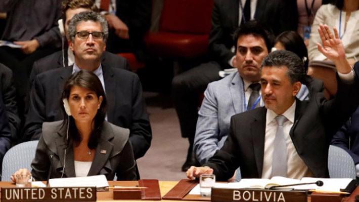 Đại sứ Mỹ tại Liên hiệp quốc Nikkey Haley (trái) phủ quyết dự thảo nghị quyết của Hội đồng Bảo an về lên án Israel, ngày 1/6 - Ảnh: Reuters.