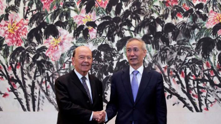 Bộ trưởng Bộ Thương mại Mỹ Wilbur Ross (trái) và Phó thủ tướng Trung Quốc Lưu Hạc tại Bắc Kinh ngày 3/6 - Ảnh: Reuters.