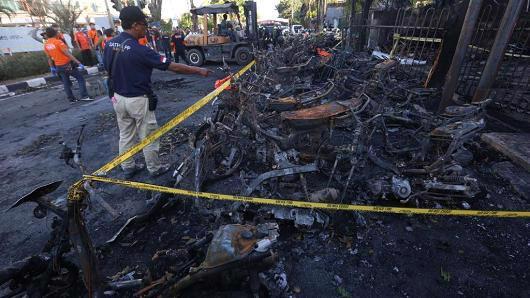 Hiện trường vụ đánh bom tự sát tại một nhà thờ ở Surabaya, Indonesia hôm 13/5 - Ảnh: CNBC.