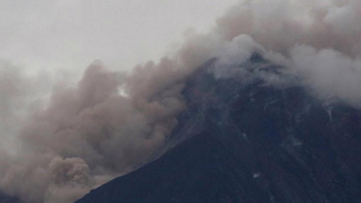 Cột khói dày đặc bốc lên từ miệng núi lửa Fuego của Guatemala ngày 3/6 - Ảnh: Reuters.