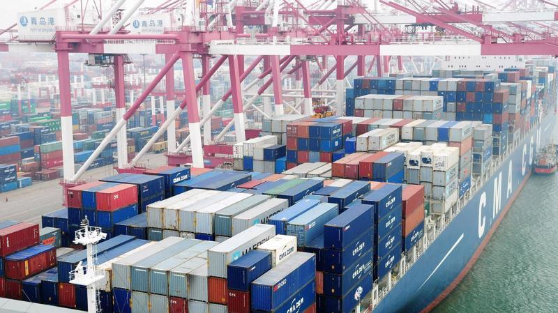 Một tàu container cập cảng Thanh Đảo, Trung Quốc - Ảnh: Getty/CNBC.