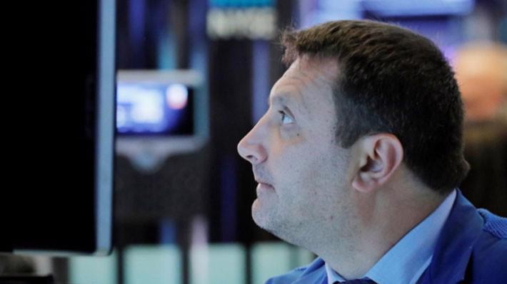 Một nhà giao dịch cổ phiếu trên sàn NYSE ở New York hôm 4/6 - Ảnh: Reuters.
