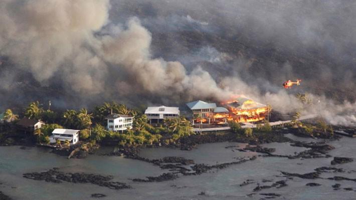 Nhà cửa trên đảo Hawaii bị dòng nham thạch núi lửa phá hủy ngày 5/6 - Ảnh: Reuters.