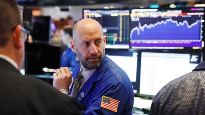 Một nhà giao dịch cổ phiếu trên sàn NYSE ở New York, Mỹ hôm 4/6 - Ảnh: Reuters.