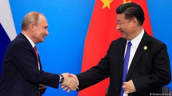 Tổng thống Nga Vladimir Putin (trái) và Chủ tịch Trung Quốc Tập Cận Bình tại thượng đỉnh SCO ở Thanh Đảo ngày 10/6 - Ảnh: Reuters.