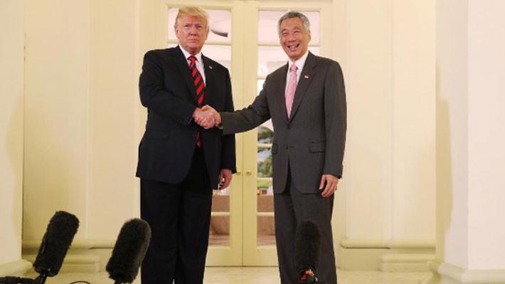 Tổng thống Mỹ Donald Trump (trái) gặp Thủ tướng Singapore Lý Hiển Long ngày 11/6 - Ảnh: Reuters.