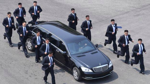Các vệ sỹ hộ tống xe limousine của ông Kim Jong Un ở Singapore - Ảnh: Getty/CNBC.