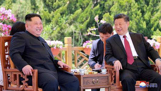 Nhà lãnh đạo Triều Tiên Kim Jong Un (trái) và Chủ tịch Trung Quốc Tập Cận Bình trong cuộc gặp tại Đại Liên, Trung Quốc - Ảnh: KCNA/CNBC.