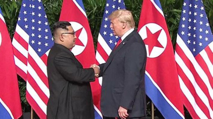 Cái bắt tay lịch sử giữa nhà lãnh đạo Triều Tiên Kim Jong Un (trái) và Tổng thống Mỹ Donald Trump tại Singapore sáng 12/6 - Ảnh: BBC.