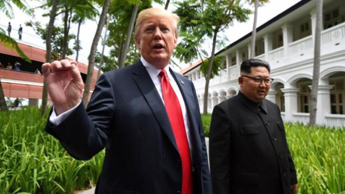 Tổng thống Mỹ Donald Trump (trái) và nhà lãnh đạo Triều Tiên Kim Jong Un đi dạo sau bữa trưa - Ảnh: Reuters.