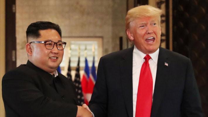 Nhà lãnh đạo Triều Tiên Kim Jong Un (trái) và Tổng thống Mỹ Donald Trump trong cuộc gặp ở Singapore ngày 12/6 - Ảnh: Reuters.