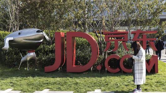 JD.com hiện đang cạnh tranh mạnh mẽ với Alibaba tại thị trường bán lẻ trực tuyến khổng lồ của Trung Quốc - Ảnh: Bloomberg.