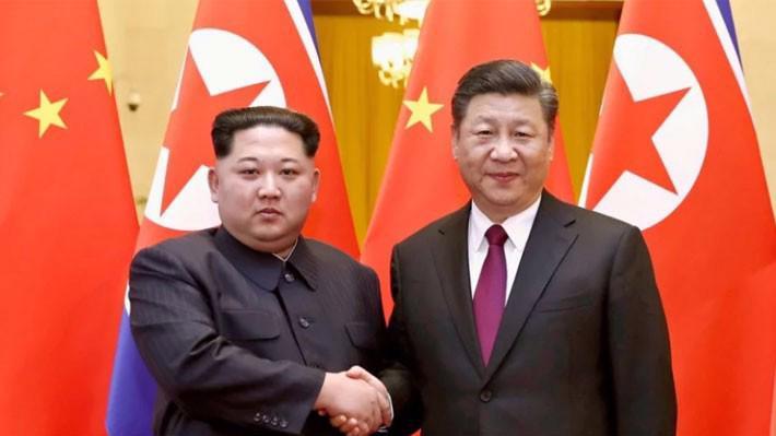 Nhà lãnh đạo Triều Tiên Kim Jong Un (trái) và Chủ tịch Trung Quốc Tập Cận Bình trong cuộc gặp ở Bắc Kinh tháng 3/2018 - Ảnh: AP/SCMP.