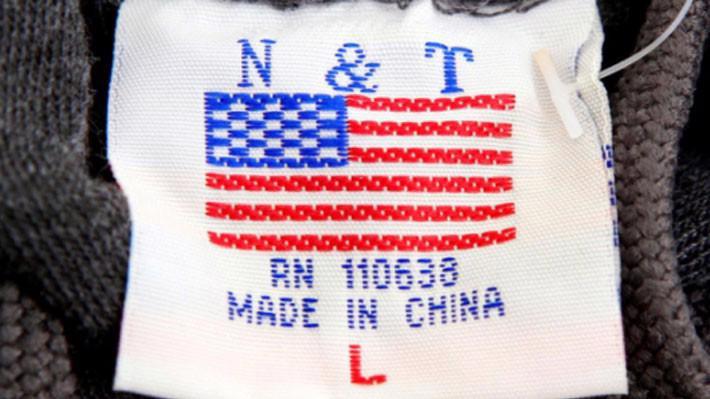 """Nhãn """"Made in China"""" (""""Sản xuất tại Trung Quốc"""") gắn trong một chiếc áo len bán ở Washington DC, Mỹ, tháng 1/2018 - Ảnh: Reuters."""