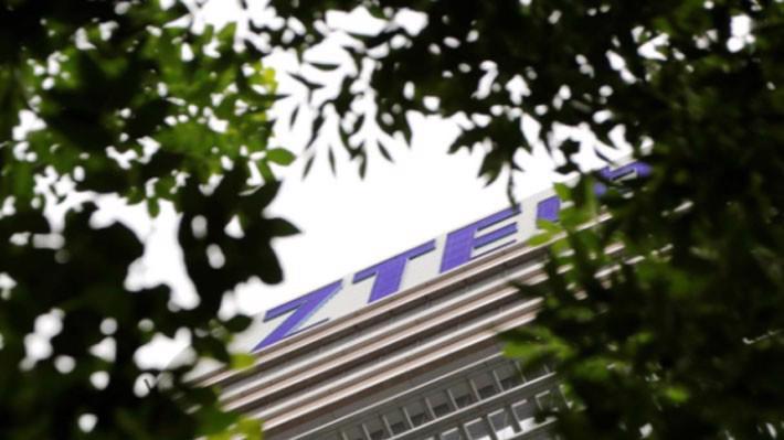 Logo của ZTE bên ngoài tòa nhà văn phòng của công ty này ở Bắc Kinh hôm 13/6 - Ảnh: Reuters.
