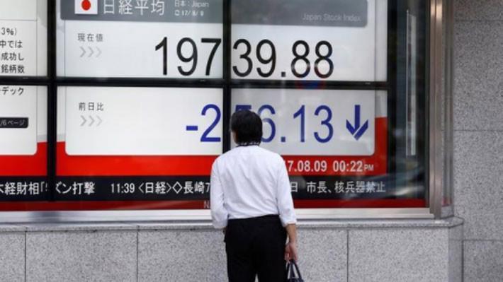 Nỗi lo chiến tranh thương mại đang phủ bóng lên thị trường chứng khoán toàn cầu - Ảnh: Reuters.
