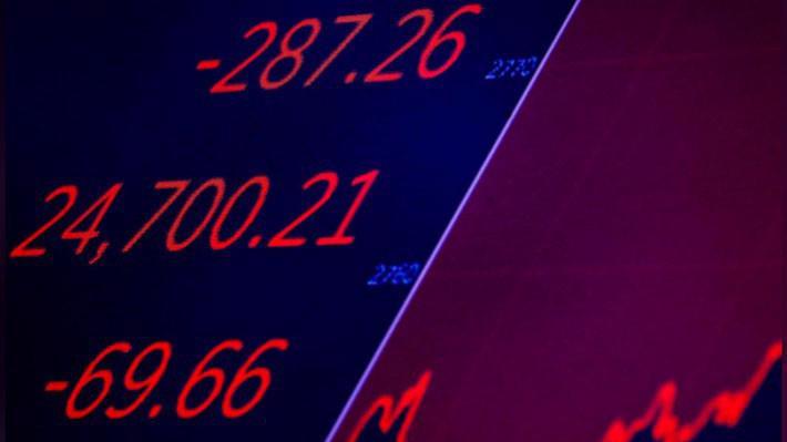 Một màn hình trên sàn chứng khoán NYSE ở New York, Mỹ hiển thị trạng thái của chỉ số Dow Jones khi đóng cửa phiên giao dịch ngày 19/6 - Ảnh: Reuters.