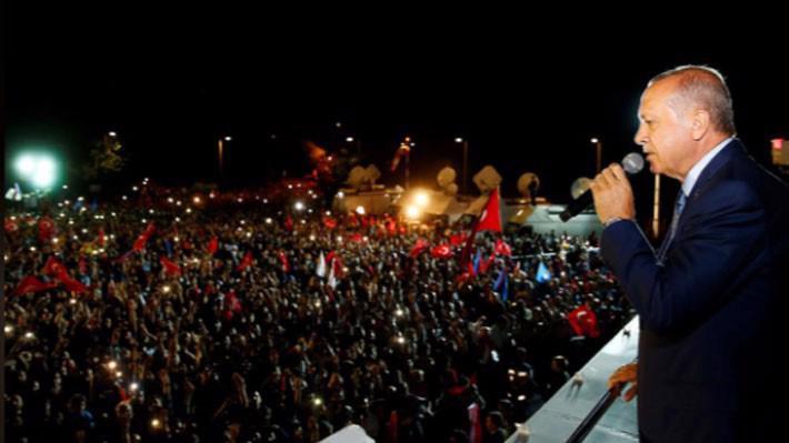Tổng thống Thổ Nhĩ Kỳ Tayyip Erdogan phát biểu trước đám đông người ủng hộ ở Ankara, ngày 24/6 - Ảnh: Reuters.