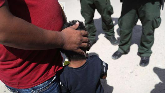Lực lượng tuần tra biên giới Mỹ bắt tạm giữ một ông bố và cậu con trai ở khu vực biên giới Mỹ-Mexico hôm 12/6 - Ảnh: Getty.