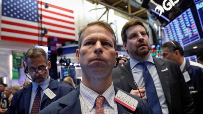 Các nhà giao dịch cổ phiếu trên sàn NYSE ở New York ngày 28/6 - Ảnh: Reuters.