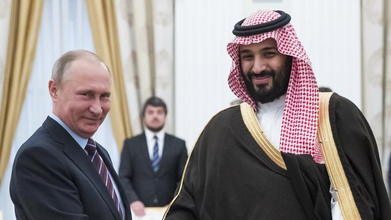 """Tổng thống Nga Vladimir Putin (trái) và thái tử Mohamad bin Salman của Saudi Arabia. Thỏa thuận nâng sản lượng dầu lửa giữa OPEC và Nga chưa thể giúp """"hạ nhiệt"""" giá dầu."""