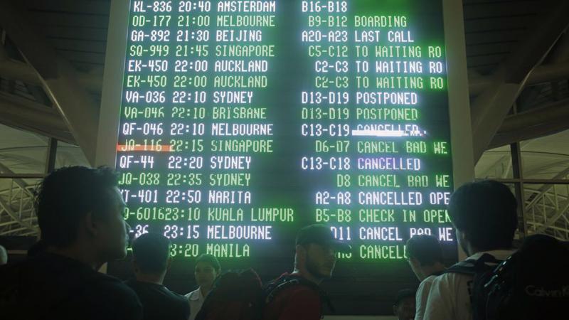 Hàng trăm chuyến bay ở sân bay quốc tế Bali bị hủy vì núi lửa phun trào - Ảnh: AP/Bloomberg.