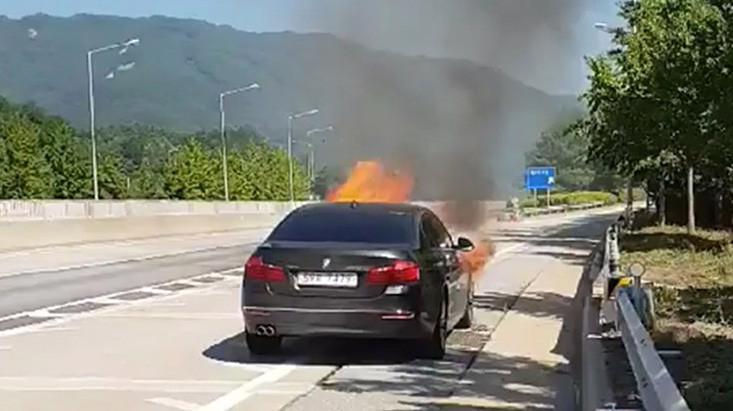 Ảnh do một chủ xe BMW ở Hàn Quốc chụp lại cho thấy xe bốc cháy khi đang di chuyển trên đường - Nguồn: CNN.