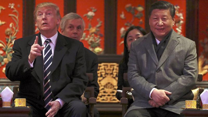 Tổng thống Mỹ Donald Trump (trái) và Chủ tịch Trung Quốc Tập Cận Bình trong chuyến thăm Bắc Kinh của ông Trump tháng 11/2017 - Ảnh: AP.