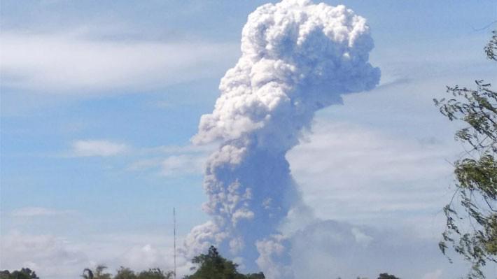 Núi lửa Soputan của Indonesia phun trào ngày 3/10 - Ảnh: Bloomberg.