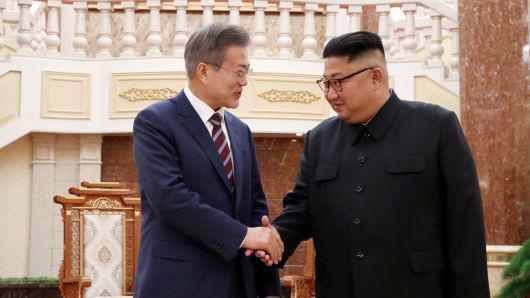 Tổng thống Hàn Quốc Moon Jae-in và nhà lãnh đạo Triều Tiên Kim Jong Un trong chuyến thăm Bình Nhưỡng của ông Moon Jae-in, tháng 9/2018 - Ảnh: Reuters/CNBC.