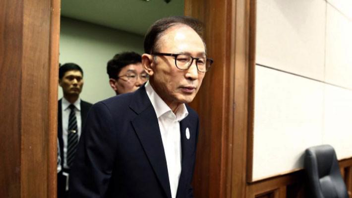 Cựu Tổng thống Hàn Quốc Lee Myung-bak xuất hiện tại tòa án hồi tháng 5 - Ảnh: Reuters.