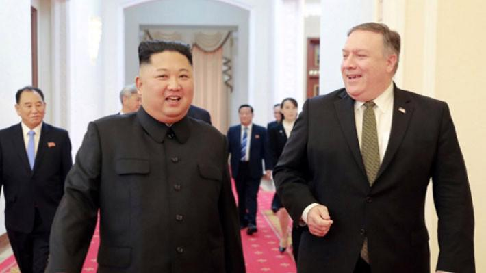 Nhà lãnh đạo Triều Tiên Kim Jong Un (trái) và Ngoại trưởng Mỹ Mike Pompeo trong cuộc gặp ở Bình Nhưỡng ngày 7/10 - Ảnh: KCNA/Reuters.