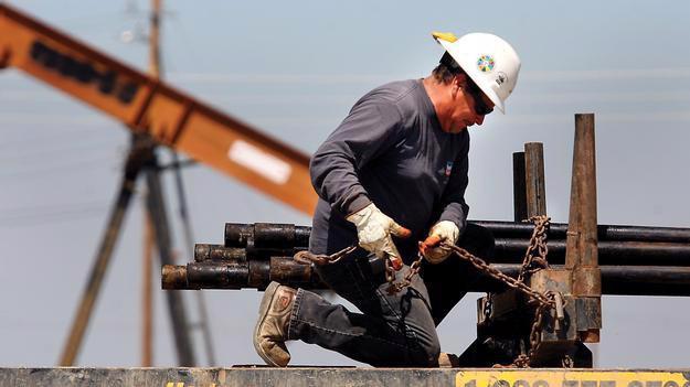Người công nhân làm việc trên một mỏ dầu ở bang Texas, Mỹ.