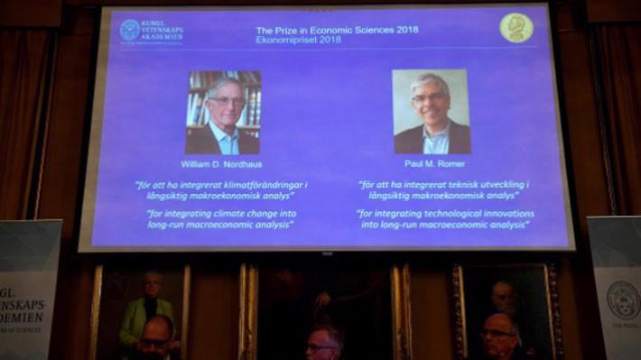 Giải thưởng Nobel kinh tế 2018 được Viện Khoa học Hoàng gia Thụy Điển công bố ngày 8/10 - Ảnh: Reuters.