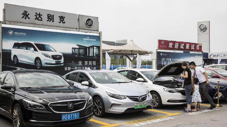 Xe Buick do GM sản xuất tại một cửa hàng xe hơi ở Thượng Hải - Ảnh: Bloomberg/CNN.