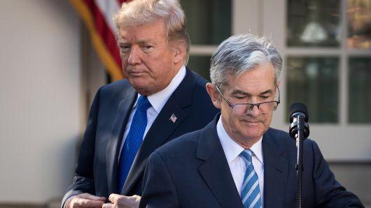 Tổng thống Mỹ Donald Trump (trái) và ông Jerome Powell, khi ông Powell vừa được ông Trump đề cử vào cương vị Chủ tịch FED, tại Vườn Hồng, Nhà Trắng, tháng 11/2017 - Ảnh: Getty/CNBC.