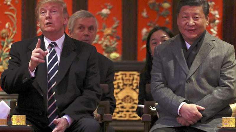 Tổng thống Mỹ Donald Trum (trái) và Chủ tịch Trung Quốc Tập Cận Bình trong chuyến thăm Bắc Kinh của ông Trump vào tháng 11/2017 - Ảnh: AP.
