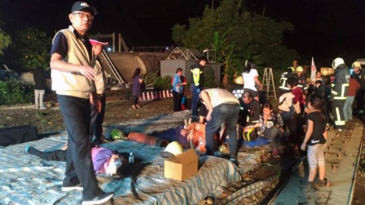 Nạn nhân vụ tai nạn đường sắt ở Đài Loan ngày 21/10 được đưa ra khỏi tàu - Ảnh: Reuters.