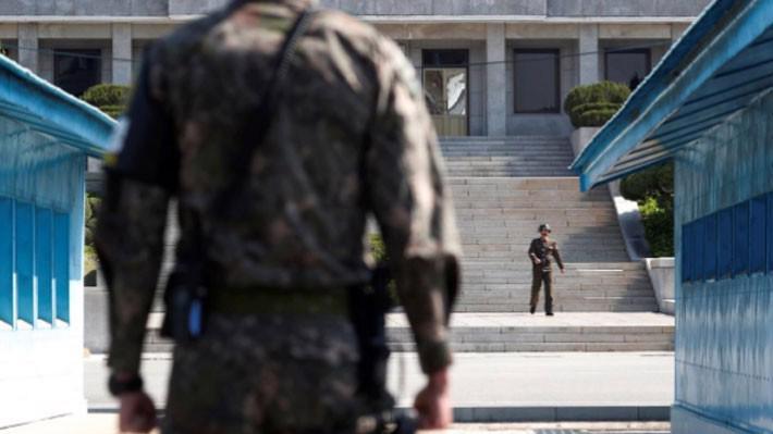 Binh sỹ Hàn Quốc và Triều Tiên đứng gác tại Bàn Môn Điếm - Ảnh: Reuters.