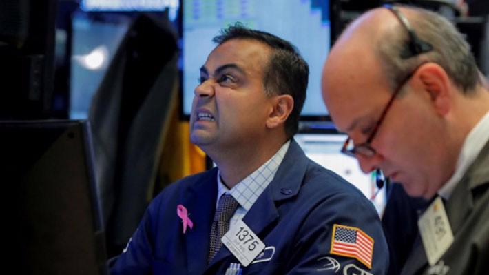 Các nhà giao dịch cổ phiếu trên sàn NYSE ở New York, Mỹ, phiên ngày 22/10 - Ảnh: Reuters.