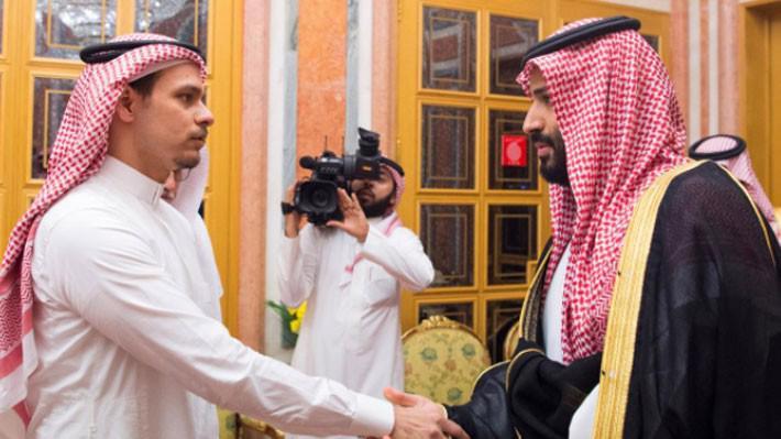Thái tử Mohammed bin Salman (phải) của Saudi Arabia thăm hỏi thân nhân của nhà báo Samal Khashoggi tại Riyadh ngày 23/10 - Ảnh: Reuters.