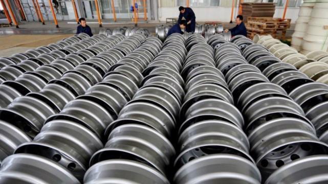 Trong một nhà máy sản xuất bánh xe thép ở Trung Quốc.